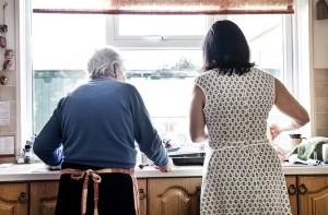 une mère et sa fille qui nettoient la vaisselle ensemble